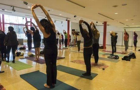 Tallaer de yodga en la sala de exposiciones