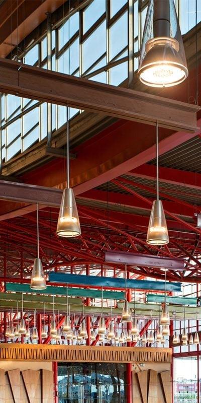 Vista de detalle de la iluminación de la sala de usos múltiples