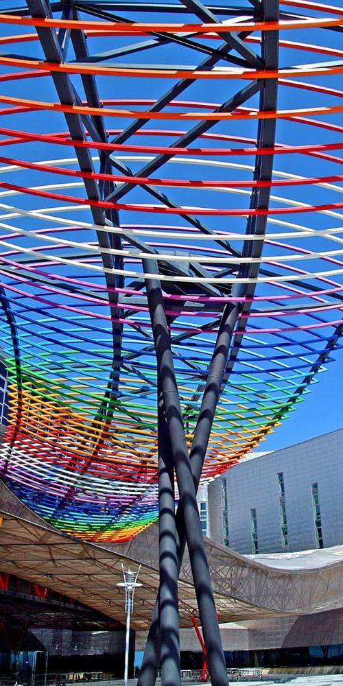 Detalle entramado de color en edificio Fycma